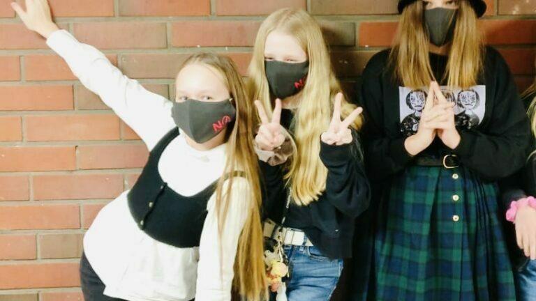 Peruskoululaisille kangasmaskit Poikosen säätiöltä