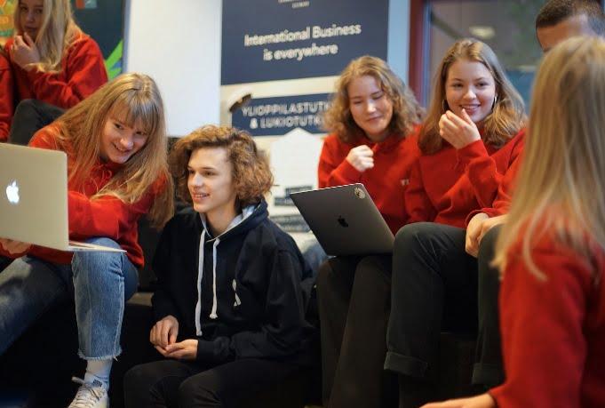 Avoimet ovet Lauttasaaren yhteiskoulun kansainvälisen liiketoiminnan lukiossa etäyhteydellä to 18.2.